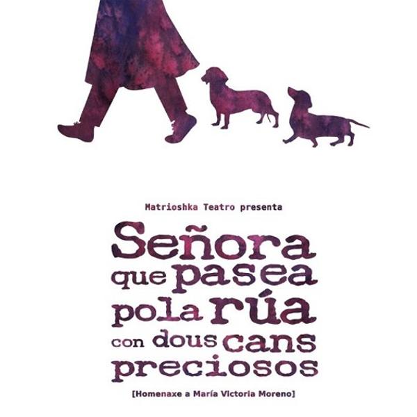 Señora que pasea pola rúa con dous cans preciosos