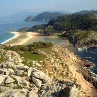 "Illas Cíes. Foto: <a href=""https://commons.wikimedia.org/wiki/File:Illas_cies.JPG"">Queixo</a>"