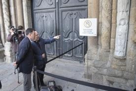 Os traballos de restauración conseguen eliminar os restos da pintada realizada na Catedral de Santiago