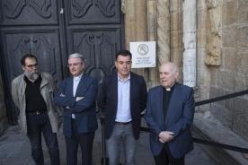 Los trabajos de restauración consiguen eliminar los restos de la pintada realizada en la Catedral de Santiago