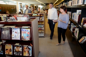 O delegado territorial da Xunta na Coruña, Ovidio Rodeiro, visitou esta mañá a biblioteca pública de Santiago Ánxel Casal