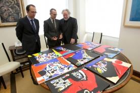 O artista reuniuse con Xesús Vázquez Abad para entregarlle as oito obras que recibirán cada un dos premiados con estes galardóns