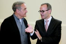 O conselleiro de Cultura, Educación e Ordenación Universitaria na clausura do ciclo Nexos, con Vicente Molina Foix