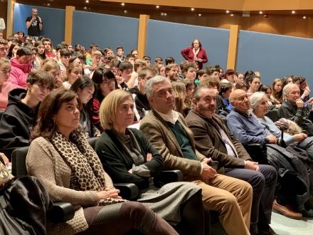300 estudantes celebran o día da ciencia en galego cunha conferencia do químico lucense Liz Marzán
