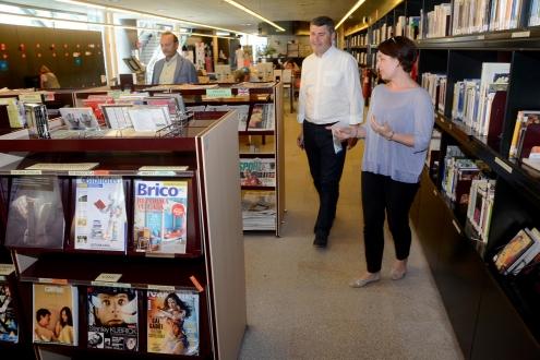 El delegado territorial de la Xunta en A Coruña, Ovidio Rodeiro, visitó esta mañana a biblioteca pública de Santiago Ánxel Casal