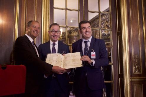 O conselleiro de Cultura e o reitor de Vigo traen de Nova York o Pergamiño Vindel para unha exposición temporal