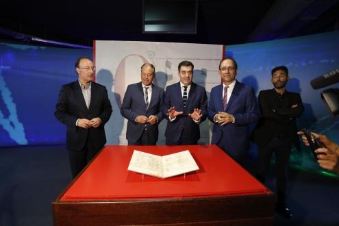 O conselleiro de Cultura, Román Rodríguez e o reitor da Universidade de Vigo, Salustiano Mato, visitaron hoxe o centro museístico onde se procedeu ao desembalaxe do documento