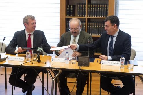 O vicepresidente, Alfonso Rueda; o conselleiro de Cultura, Román Rodríguez; e o presidente do CCG, Ramón Villares, asinaron un acordo de colaboración para a realización dun informa sobre a situación laboral da muller neste sector